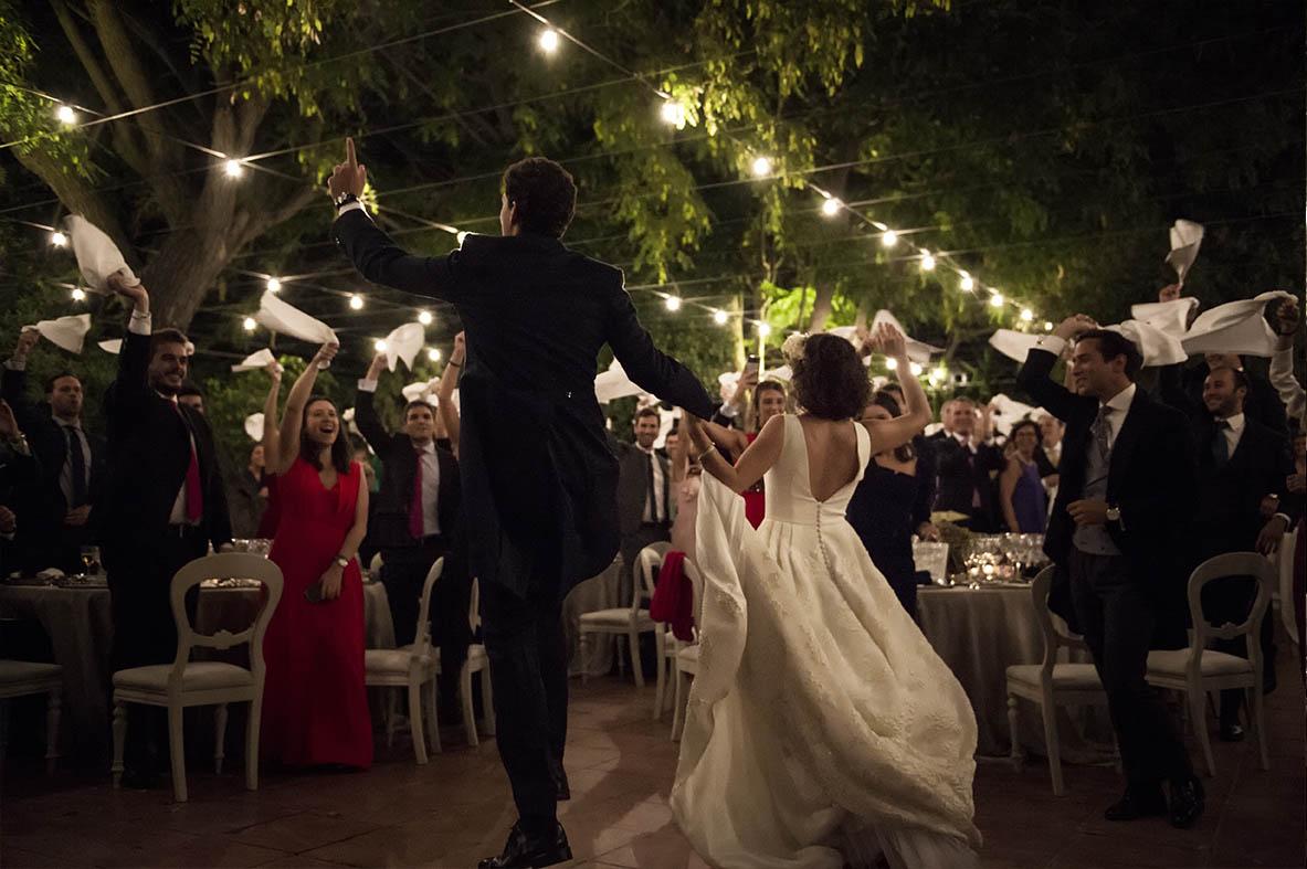 Boda de Leticia y Celso en Villa Bugatti- Detalle del baile en el Salón Invernadero