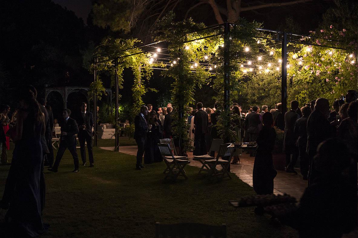 Boda de Leticia y Celso en Villa Bugatti- Jardines por la noche con invitados